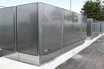 Photo of five 100 kilowatt Bloom Energy solid oxide fuel cells at a FedEx location in Oakland, California.