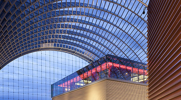 The Kimmel Center in Philadelphia is a city-block-wide collection of performance halls and open spaces enclosed inside a soaring, 150-foot-high barrel-vaulted glass roof. At the Center's highest elevation sits the Dorrance H. Hamilton Garden Terrace, which offers stunning views of the city and overlooks the entire Kimmel Center complex.The vaulted glass roof created a monumental solar control problem (indoor temperatures soaring to 100 degrees or more) that SageGlass solved, because architects didn't want to obstruct the views with shading systems. BLT Architects designed a roof made of SageGlass for the Terrace, which helps maintain a comfortable temperature and blocks glare for occupants without impeding the breathtaking views.